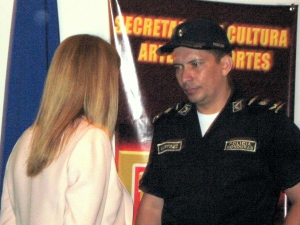El Oficial Martinez platica con Mirna Castro en la Biblioteca Nacional, el 27 de agosto. Foto por Ludwing Varela