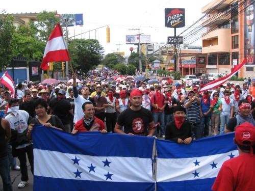 Resistencia contra el golpe de estado en Tegucigalpa, 4 de julio. foto: Sandra Cuffe