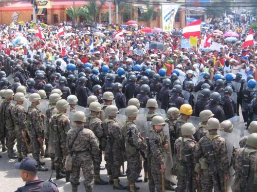 """Manifestacion de resistencia frente a la entrada al aeropuerto internacional """"Isis Obed Murillo"""" el 4 de julio. Foto: Sandra Cuffe"""