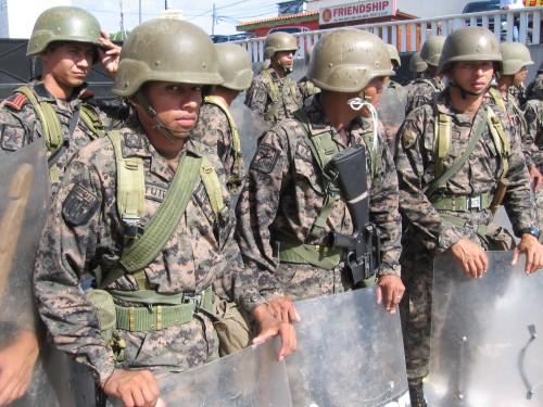 """Soldados en la entrada del aeropuerto """"Isis Obed Murillo"""" el 4 de julio. Foto: Sandra Cuffe"""