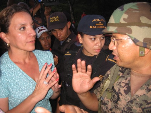 Honduran First Lady Xiomara Castro de Zelaya argues with Honduran army Coronel Ayala at the Arenal military-police blockade. El Paraiso, July 24, 2009. Photo: Sandra Cuffe