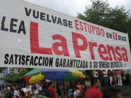 Manta en el parque central de San Pedro Sula, el 11 de agosto. Foto: Sandra Cuffe