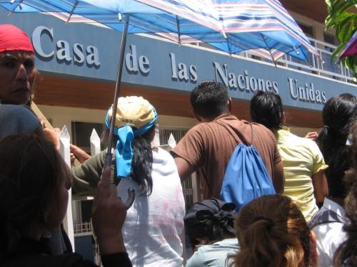 Miles de la resistencia se congregan frente la ONU en Tegucigalpa al saber del regreso de Manuel Zelaya al pais. 21 sept '09. Foto: Sandra Cuffe